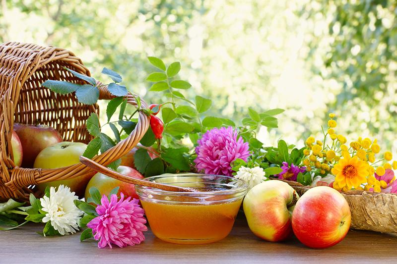 Корзина с яблоками, мёд, цветы, фото