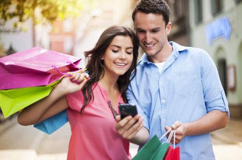 Семейная пара с покупками, фото