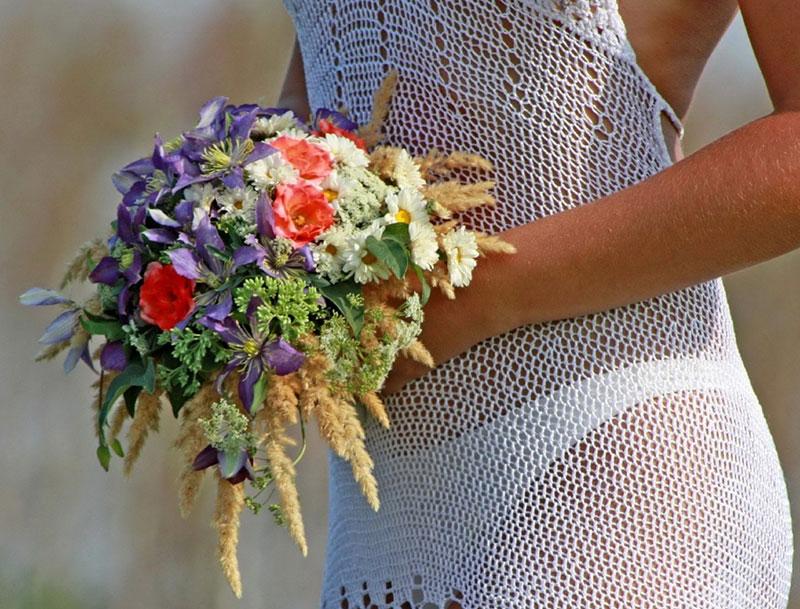 Невеста со свадебным букетом...