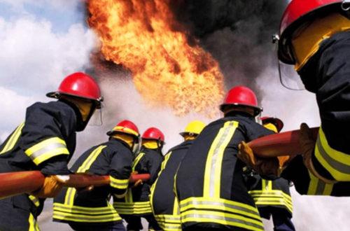 Пожарники тушат стихию огня...