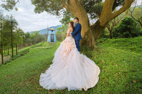 Красивое свадебное фото на природе