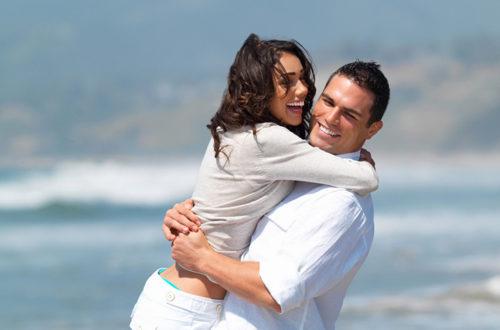 Влюблённая пара у моря