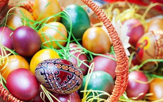 Корзина с разукрашенными пасхальными яйцами