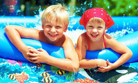 Дети купаются, лето