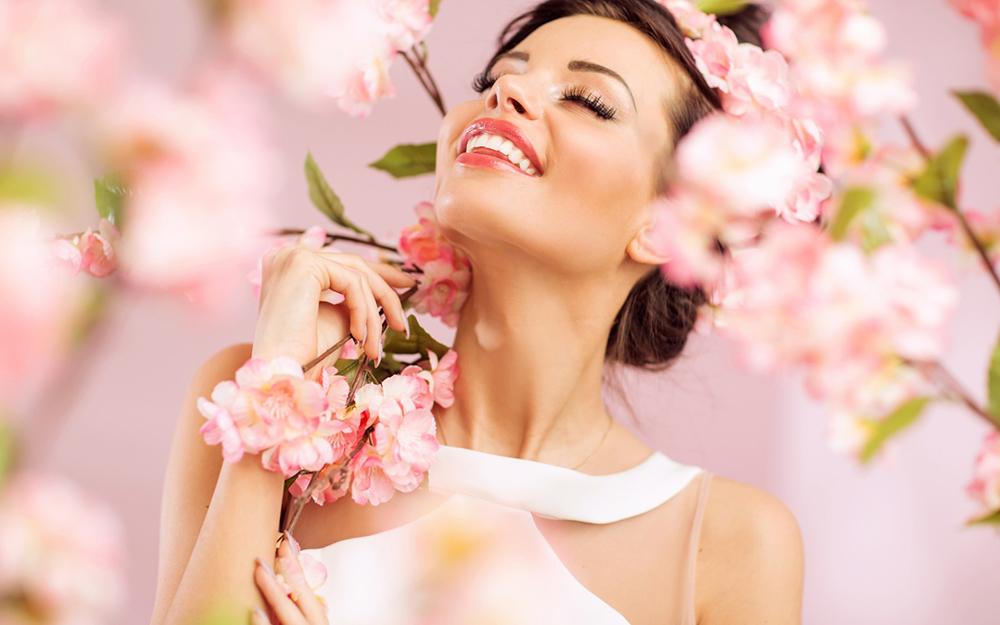 Женщина в цветущем саду