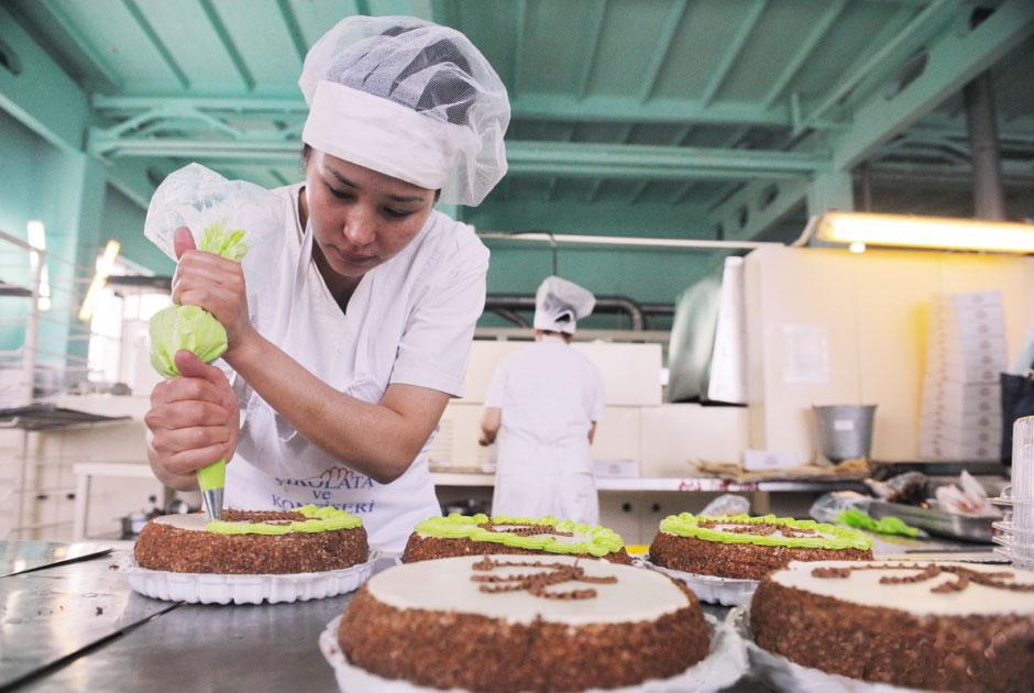 Девушка делает тортик