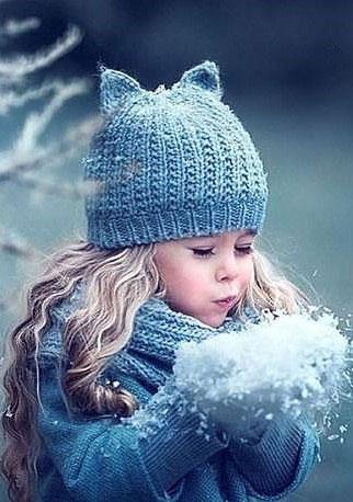 Девочка и снежинки.