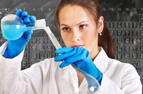 Девушка химик, пробирки
