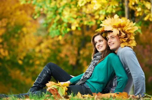 Молодая пара, осень, листопад