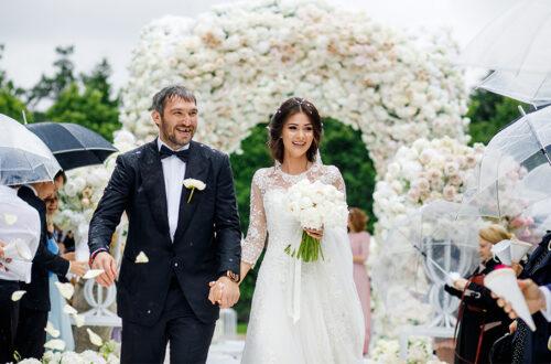 Молодожёны, свадьба, цветы, гости